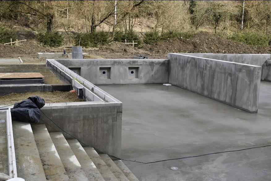 Nové koupaliště ve Křtinách: dělníci jsou už za polovinou prací
